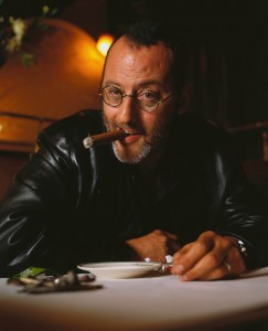 Jean Reno fumando un cigarro puro