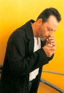 Jean Reno encenciendo un pequeño cigarro puro