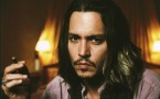 Johnny Depp fumando un cigarro puro