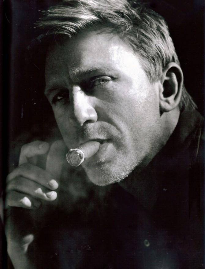 Daniel Craig Fumando un Cigarro Smoking a Cigar 2012